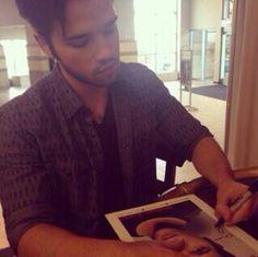 Nathan dando autografos