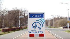 Het ambitieuze project Sensor City in Assen staat op omvallen. Het project moest een proefterrein worden voor bedrijven die de inzet van sensoren wilden testen, bijvoorbeeld voor de verkeersinformatie in en rond de stad.  Veel verder dan een  half gelukt experimenten met toepassingen als de Rijstijlmonitor, Navigatie Plus en Slimmer Reizen is het nooit gekomen. Dat gebeurde via kastjes in de auto die communiceerden met een sensornetwerk in de stad en die de verzamelde informatie doorgaf via…
