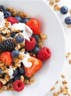 Granola, in a health fryer? Yep, you read right! Use your Halo+ to make homemade and the accompanying Berry Compote. Granola, Muesli, Fresco, Dried Berries, Berry Compote, Bowl Of Cereal, Brunch, The Fresh, Breakfast