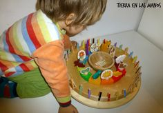 CALENDARIO PARA NIÑOS DIY, inspirado en el de Grimms y Waldorf. Permite a los niños aprender el paso del tiempo sin saber leer y escribir, porqué es muy intuitivo.