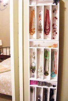 DIY storage for necklaces Use white boxes for utensils Используйте лотки для столовых приборов