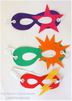 Super Easy Super Heroes (for the whole super family No sew superhero masks for kids. Perfect for playing dress-up and pretend play! Easy Superhero Costumes, Super Hero Costumes, Superhero Party, Super Hero Masks, Superhero Dress, Theme Carnaval, Diy For Kids, Crafts For Kids, Hero Crafts