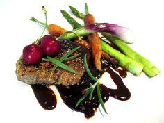 Tinskun keittiössä: Korvasieni-savuporojuustokeitto, naudan sisäfilepihvi kirsikkaisella punaviinikastikkeella ja kauden kasviksia