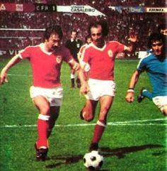 Benfica - 1 /Belenenses - 1., 1977. Na imagem, Vítor Martins e Nelinho e João Cardoso. Nessa época, o Benfica foi campeão.