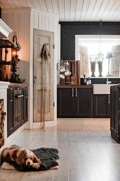 Drömhuset har adventspyntats med doftande hyacinter, fällar & granris – kika in! Interior Modern, Kitchen Interior, Interior Ideas, Black Kitchens, Home Kitchens, Cottage Kitchens, Modern Kitchens, Küchen Design, House Design