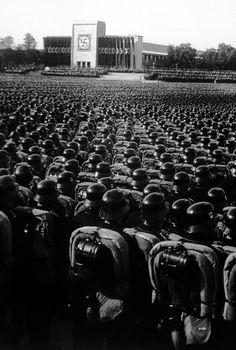 Rassemblement de SS en tenue de parade sac au dos.