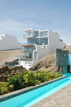 Alvarez Beach House occupies a beautiful clifftop lot in Playa Misterio, a gated beach community not far from Lima. By Lima-based studio Longhi Architects.