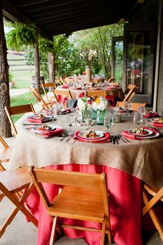 red + burlap tables | Courtney Dox #wedding