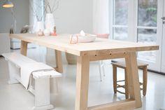 Wit interieur met opvallende houten tafel. #Hoho tafel van meneervanhout