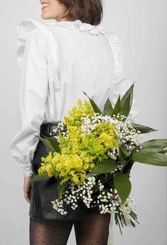 La souplesse du volume et la légèreté des volants rendent cette blouse idéale pour un look féminin et vaporeux ! Un joli col claudine à feston ou un col à froufrou à réaliser dans la même matière ou en galon brodé, un brin rétro. Un style affirmé grâce aux poignets boutonnés et aux bas de manches froncées. Ce patron offre deux versions de cols. #prettypatron #prettymercerie #blouseeulalie #mercerieenligne #tissu #sewingpattern #patrondecouture Pretty Mercerie, Brin, Ruffle Blouse, Women, Style, Back Walkover, Cowls, Sleeves, Fabric