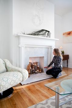 False chimney – for a decorative bonfire. False chimney - for a decorative bonfire The fireplace is part of these central elements of a living room, creating the spirit and atmosphere Candles In Fireplace, Fake Fireplace, Fireplace Ideas, Decorative Fireplace, Fireplace Candle Holder, Home Living Room, Apartment Living, Living Room Decor, Chimney Decor