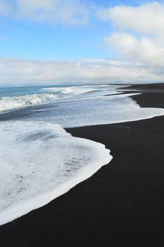 Punaluu beach: black sand, giant sea turtles