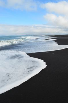 Punaluu beach: black sand, giant sea turtles