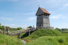 De Turmhügelburg in Lütjenburg (Noord-Duitsland) is een reconstructie van een vroeg-middeleeuwse burcht. De diameter van de palissadewal is circa 12 meter,die van de heuvel 25 tot 30 meter. Een dergelijk type kan in de elfde eeuw ook in Nederland gestaan hebben.