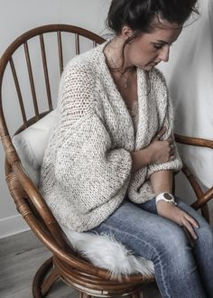 Crochet top fashion inspiration 44 new ideas Crochet Coat, Crochet Slippers, Beginner Knit Scarf, Vest Outfits, Knit Vest, Cardigan Pattern, Knitted Bags, Pulls, Baby Knitting