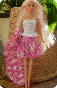 Dieses Outfit sollte Deine Barbie unbedingt haben! Dank dieser PDF-Häkelanleitung mit Fotos und sehr ausführlichen Schritt-für-Schritt Erklärungen ist dieses Outfit, bestehend aus Top, Rock und Schal, leicht und schnell zu häkeln. Du brauchst nur fol