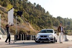 Ein hilfsbereiter #SEAT Leon CUPRA unterstützt unseren Beleuchter mit seinen Scheinwerfern. (Foto: Rolf Klatt)