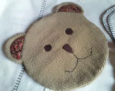 Idée de range pyjama Baby Couture, Couture Sewing, Sewing For Kids, Baby Sewing, Range Pyjama, Softies, Winter Hats, Creations, Pajamas