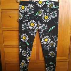 LuLaRoe TC Leggings. Big White Daisies Pattern. NWT. LuLaRoe TC Leggings. Big White daisies with yellow centers and green stems and leaves on a black background. Never worn or washed. All original prices are what I paid with shipping. Firm price. LuLaRoe Pants Leggings