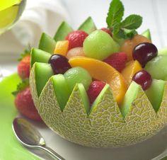 Belo jeito de servir uma salada de frutas.