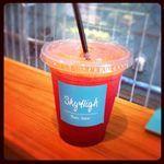 フィガロジャポン's Photo: 暑い夏の日、表参道に来たら、フォトグラファー、マミ・キーナンさんがオーナーのSky Highへ! 写真はビーツとグレープフルーツなどが入ったジュース、Blood。おいしい!! | Lockerz