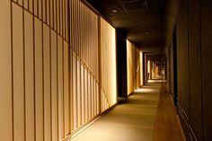 (2ページ目)東京の中心に天然温泉を備える日本旅館 7月20日開業!「星のや東京」徹底解剖 東京に誕生した新たなる「星野リゾート」 CREA WEB(クレア ウェブ) Hotel Hallway, Hotel Corridor, Japanese Modern, Japanese Interior, Timber Feature Wall, Corridor Lighting, Hotel Lounge, Entrance Design, Hotel Interiors