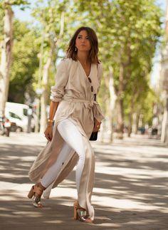 Meninas, uma peça chave para todos os guarda-roupas é o Trench Coat. Este casaco leve, mais conhecido na cor caramelo e de comprimento um pouco acima...