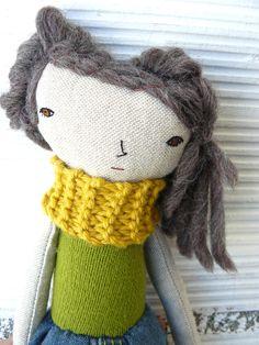 Pequeña muñeca realizada en algodón y lino con pelo de lana. 27 cm de AntonAntonThings en Etsy