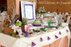 Candy bar o mesa de chuches con una paleta de colores en morado y verdes. Tarta de chuches y brochetas
