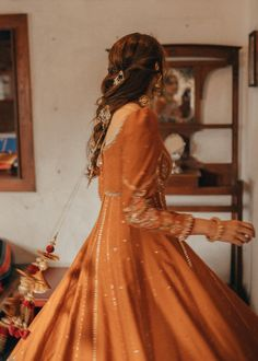 Then you have to see these Pakistani Gharara by designer Mohsin Naveed Ranjha. Mehendi Outfits, Pakistani Wedding Outfits, Pakistani Bridal, Cute Girl Poses, Girl Photo Poses, Indian Dresses, Indian Outfits, Indian Aesthetic, Brown Aesthetic