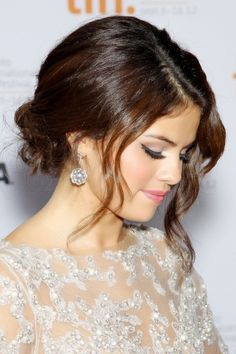 Selena Gomez's hair makeup is amazing! She looks so pretty! Selena Selena, Selena Gomez Hair, Pretty Hairstyles, Wedding Hairstyles, Holiday Hairstyles, Brunette Hairstyles, Celebrity Hairstyles, Celebrity Wedding Hair, Hair Wedding