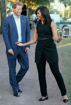 The First Lady, Michelle Obama, and Prince Harry at the Invictus Games Orlando 2016 Michelle Obama Fashion, Michelle And Barack Obama, Barack Obama Family, American First Ladies, First Black President, Prinz Harry, Estilo Real, Black Presidents, Looks Plus Size