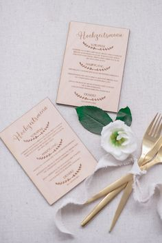 Menükarten aus Holz sind ein wahrer Blickfang für die Tischdekoration auf deiner Hochzeit Wedding Decor, Place Cards, Place Card Holders, First Communion, Newlyweds, Products, Timber Wood, Wedding Garlands, Wedding Decorations