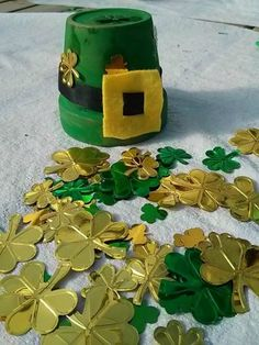 Here is a cute and simple way to decorate for St. Leprechaun Hats, Hat Crafts, Stone, Simple, Outdoor Decor, Cute, Home Decor, Rock, Decoration Home