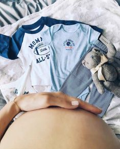 Baby belly photo idea with the first baby outfit. Baby Bump Pictures, Maternity Pictures, Pregnancy Photos, Maternity Session, Maternity Photography, Photography Ideas, Baby Outfits, Foto Baby, Baby Belly