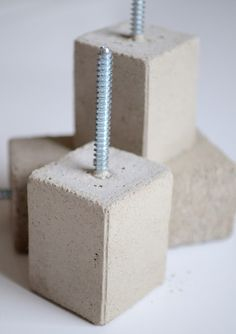 Projektila: Betoninaulakot These tiny concrete blocks can be hung on a wall so you can hang just about anything you'd like
