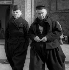 Mannen in klederdracht met karrepoes en petje, Volendam (1950-1960) Cas Oorthuys #NoordHolland #Volendam