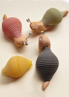 Make snails with colored pasta, clay and wire. (The instructions to make these little escargot are in French, but the picture is pretty self explanatory) Crafts To Do, Crafts For Kids, Arts And Crafts, Pasta Crafts, Macaroni Crafts, Girl Scout Swap, Animal Crafts, Clay Projects, Craft Activities