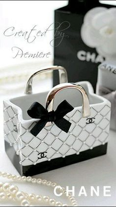 35 Ideas For Diy Makeup Containers Vanities Chanel Logo, Coco Chanel, Chanel Fashion, Fashion Bags, Chanel Bedroom, Mademoiselle Coco, Parfum Chanel, Dior Perfume, Makeup Containers