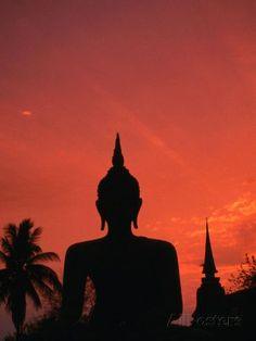 Buddha Against a Sunset at Wat Mahathat, Sukhothai, Thailand L�mina fotogr�fica por Anders Blomqvist en AllPosters.es:
