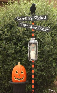 DIY Halloween Yard Decor Sign Post