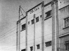 """El cine César, ubicado en el cruce de Laguna del Carmen y Lago Cuitzeo, en el rumbo de Santa Julia. Fue construido en 1933 y tenía cerca de 1,200 asientos; según los relatos de la época, la sala se incendió poco después de inaugurada, durante la exhibición de la cinta """"Scarface"""", y tras ser reparada volvió a funcionar. En la actualidad la estructura es utilizada como nave industrial. Imagen del libro """"Microhistorias de Tacuba"""""""