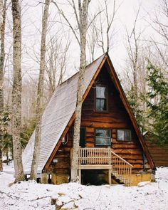 Want to experience the goodness of living in a country-style house and away from the city, and if you love hands-on, log cabin kits is the solution. A Frame Cabin, A Frame House, Cabin Homes, Log Homes, Triangle House, Getaway Cabins, Cabin In The Woods, Cozy Cabin, Cabin Tent