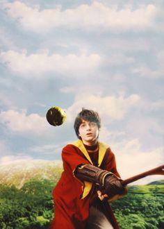 Zwerkbal of Quidditch. Hier speelt Harry het spel. Ze kunnen vliegen terwijl ze dit spel spelen. Het is met een Bat en een een gouden snitch. Dit spel wordt sinds het eerste boek van Harry potter echt gespeeld maar dan wel niet terwijl ze vliegen. ;-) De sport is verzonnen door JK Rowling.