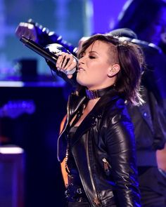 Demi Lovato performing Really Don't Care at the 2014 Teen Choice Awards.