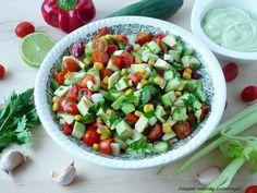 Sałatka z awokado, pomidorkami, kukurydzą i czerwoną fasolą.