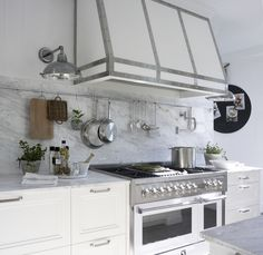The dominance of the white kitchen in the 2019 kitchen decoration trends seems to continue in 2020 here are some high budget kitchen models Condo Kitchen, Kitchen On A Budget, Farmhouse Kitchen Decor, Kitchen Storage, Kitchen Dining, Kitchen Cabinets, Casa Decor 2016, Clever Kitchen Ideas, Kitchen Models