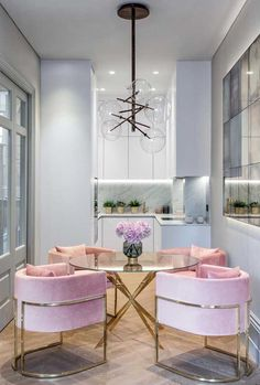 Get inspired by these dining room decor ideas! From dining room furniture ideas, dining room lighting inspirations and the best dining room decor inspirations, you'll find everything here! Luxury Interior Design, Interior Decorating, Decorating Ideas, Decorating Websites, Modern Interior, Cottage Decorating, Decorating Kitchen, Scandinavian Interior, Pink Velvet Chair