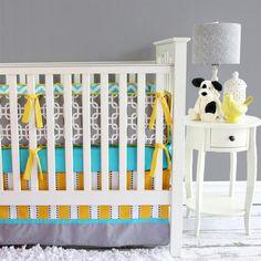 peinture murale gris perle, lit bébé blanc et accents jaunes et turquoise