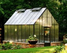 How to choose the best greenhouse kit. Looking for a backyard greenhouse kit but feeling overwhelmed by hundreds of glazing and framing options? Our helpful tips will guide you in choosing the best kit to build your own greenhouse. Simple Greenhouse, Homemade Greenhouse, Outdoor Greenhouse, Cheap Greenhouse, Portable Greenhouse, Greenhouse Plans, Outdoor Gardens, Greenhouse Pictures, Pallet Greenhouse